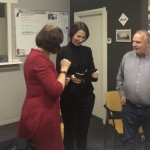 Jessica ter Hofte, voorzitter ontvangt de speld uit handen van Marie-José Luttikholt.